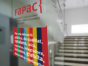 Vinils per a la seu de la Federació d'Associacions de Mares i Pares d'Alumnes de Catalunya (FAPAC)